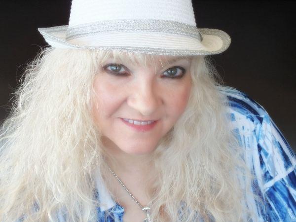 Luanne Hunt wwwukcountryradiocomimgpixLuanne20Hunt202jpg