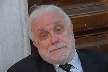 Luciano De Crescenzo httpsuploadwikimediaorgwikipediacommonsthu