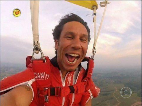 Luigi Cani Luigi Cani acerta alvo pendurado em um balo a 300 Kmh