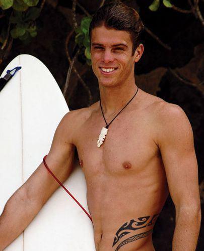 Malik Joyeux pro surfer malik joyeux killed at pipeline by hokulea