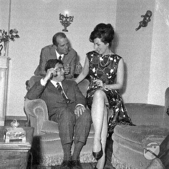 Mario Lanfranchi Baldi seduto in poltrona Anna Moffo vicino a lui Mario