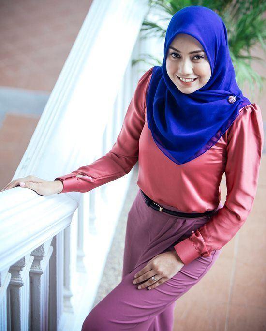 Mia Ahmad Mia Ahmad in Cobalt Blue hijab Bright Winter Pinterest Cobalt