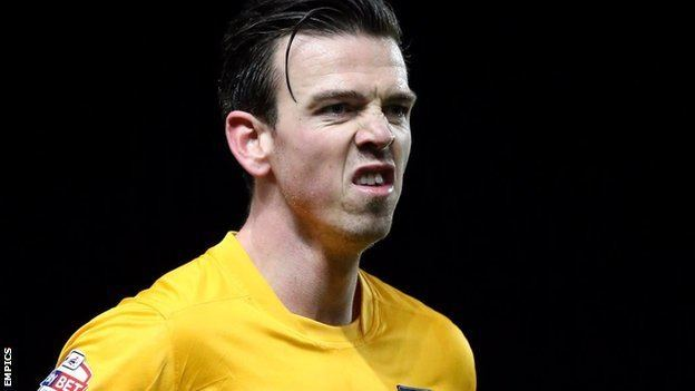 Michael Raynes BBC Sport Michael Raynes Mansfield Town sign Oxford