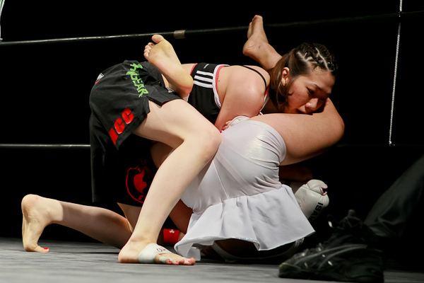 Mika Nagano Mika Nagano white trunks vs Emi Murata