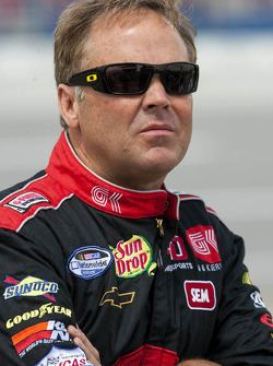 Mike Wallace (racing driver) Three men arrested in beating of NASCAR driver Mike Wallace and his