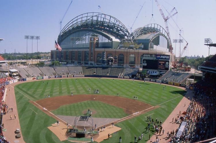 Milwaukee County Stadium wwwballparksofbaseballcomwpcontentuploads201
