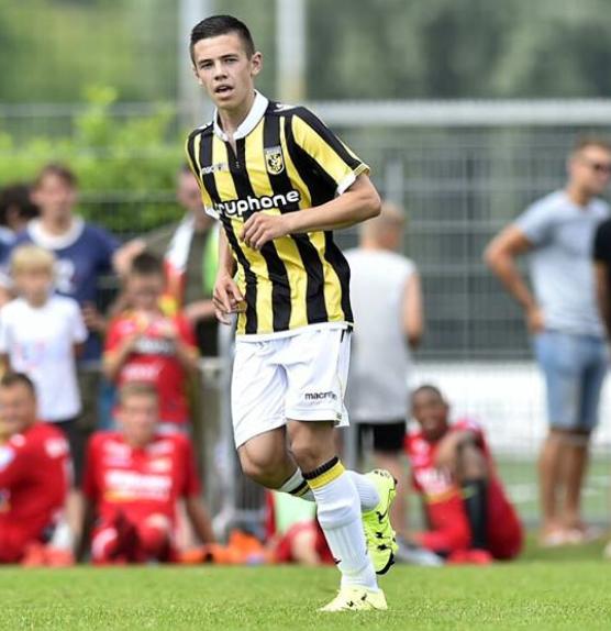 Mitchell van Bergen Oud Margrieter Mitchel van Bergen debuteert in de hoofdmacht van Vitesse