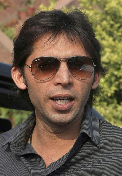 Mohammad Asif (Cricketer) playing cricket