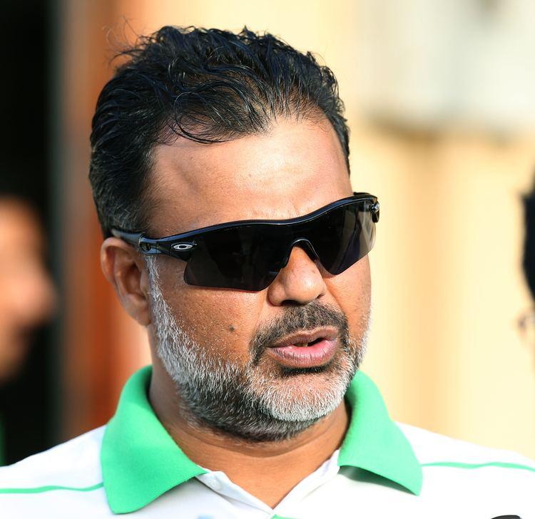 Mushtaq Ahmed (Cricketer) playing cricket