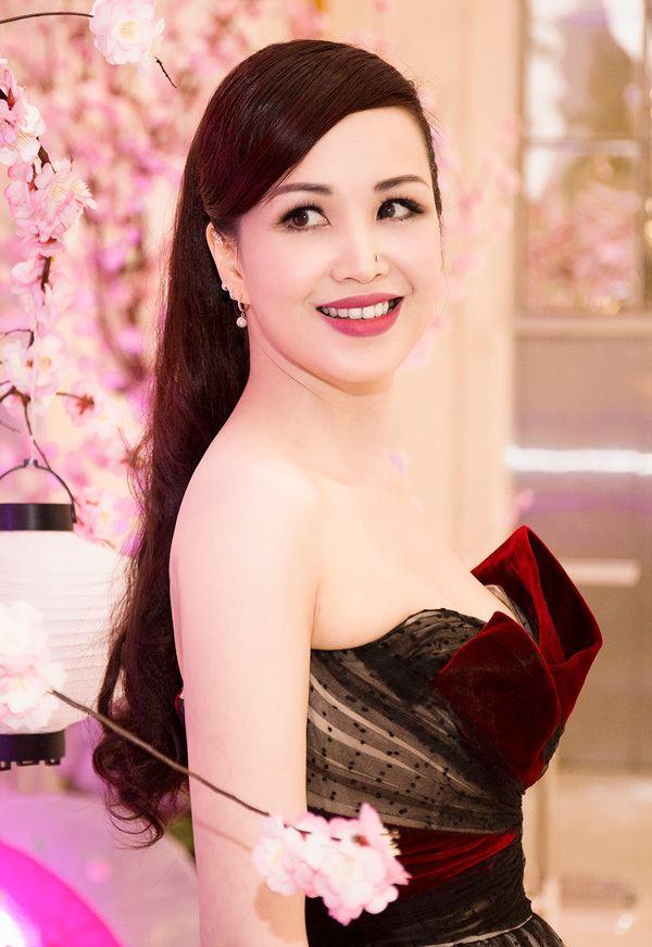 Nguyễn Diệu Hoa Hoa hu Diu Hoa gi cm mn m tui 45 Vshowbiz