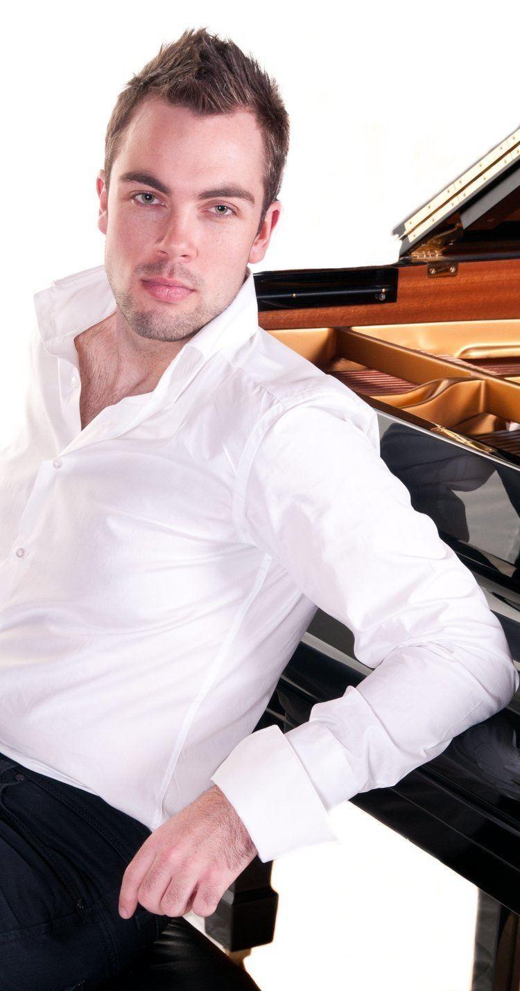Nicholas McCarthy (pianist) OnehandedpianistNicholasMcCarthyjpg
