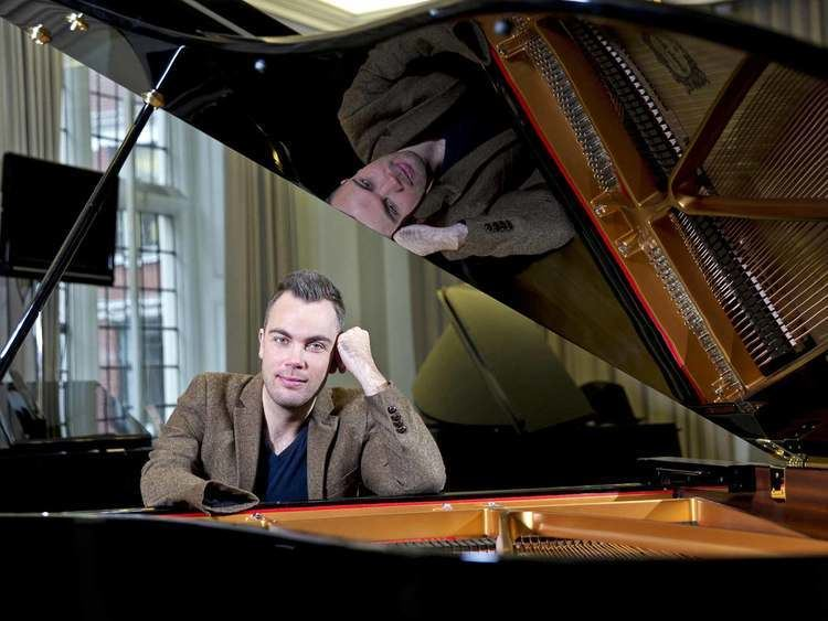 Nicholas McCarthy (pianist) The onearmed concert pianist Nicholas McCarthy on