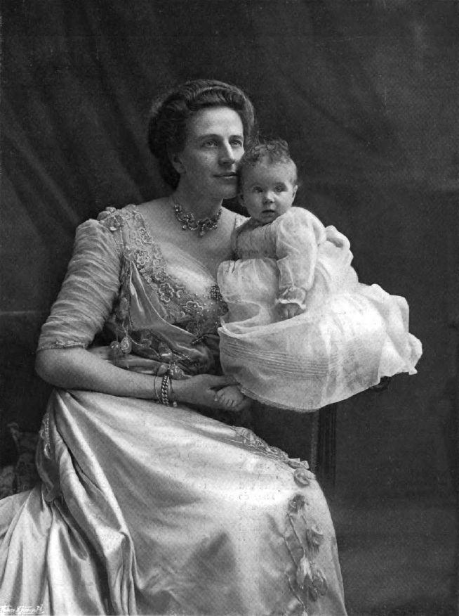 Nina Douglas-Hamilton, Duchess of Hamilton
