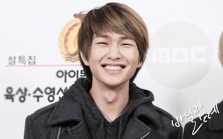 Onew Shinee39s Onew leaves a message on Key39s art exhibition
