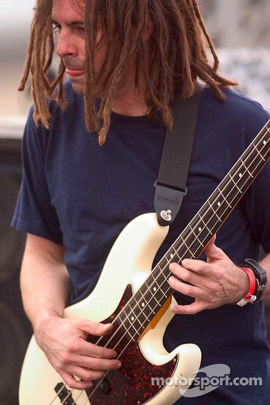 Paul De Lisle Smash Mouth bassist Paul deLisle performs quotWalking on the