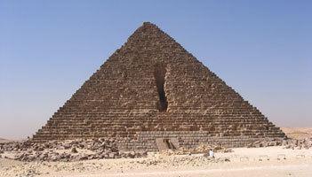 Pyramid of Menkaure wwwancientegyptonlinecoukimagesMenkauresPyra