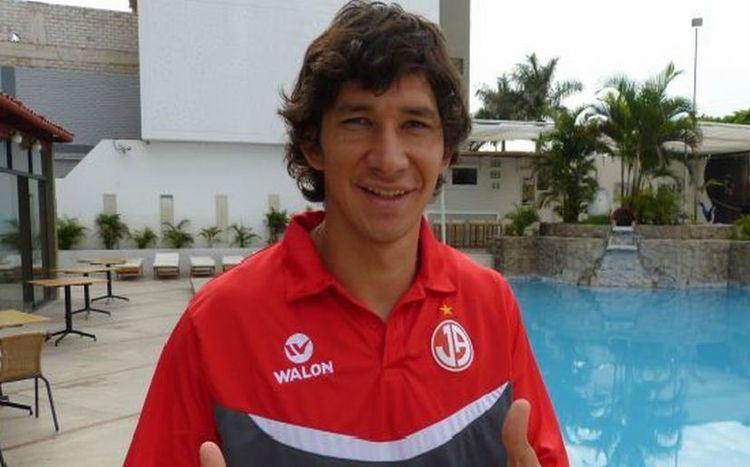 Roberto Ovelar Roberto Ovelar lleg a Chiclayo para firmar por Juan