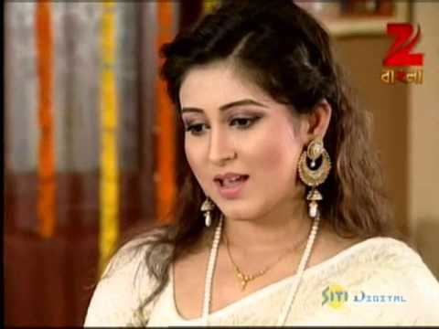 Oindrila Sen wearing white dress in a scene from the 2009 movie, Saat Paake Bandha