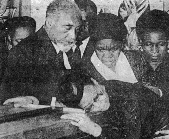 Samora Machel Funeral de Machel Marcelino dos Santos e debruada sobre o caixo