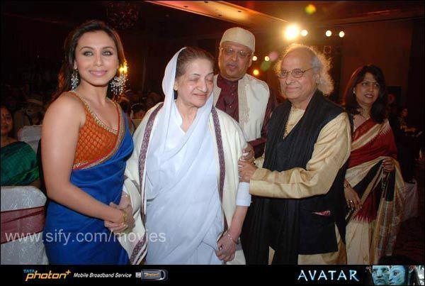 Sandhya Shantaram Rani bonds with Sandhya at Shantaram Awards
