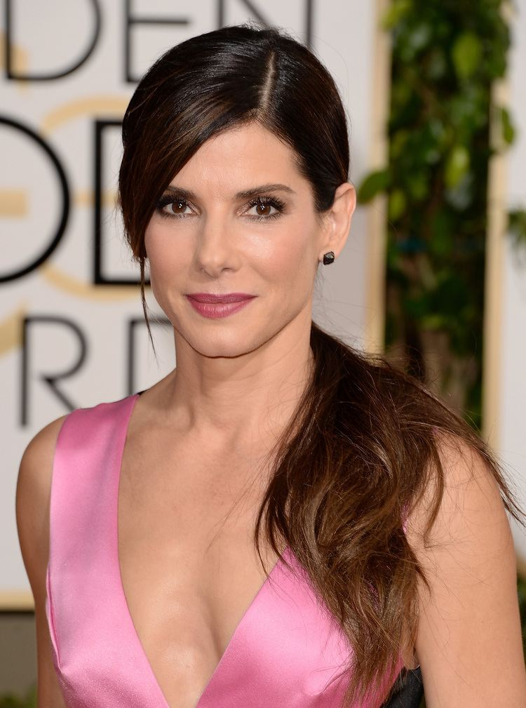 Sandra Bullock Sandra Bullock Comes to the Aid of Fainting Coworker on