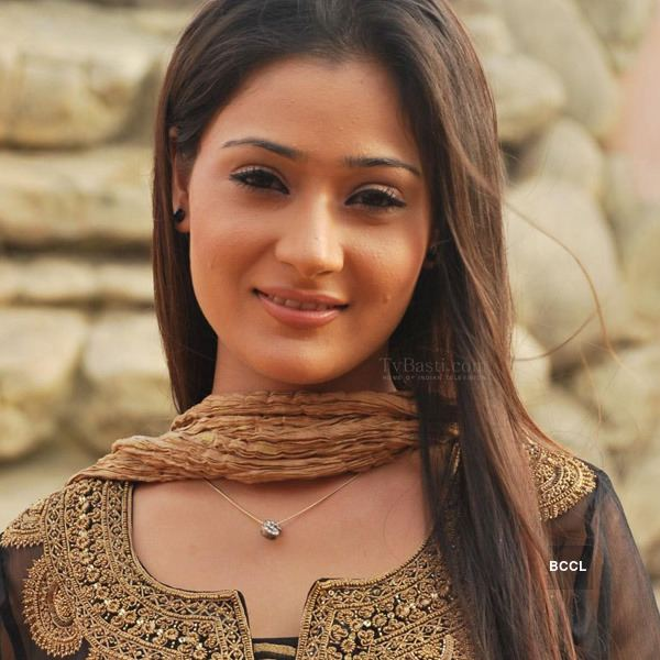 Sara Khan Television actress Sara Khan39s vehicle overturned after