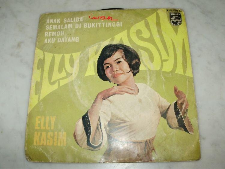 Seindah Rembulan movie scenes Bersama Kumbang Tjari inilah Elly Kasim menjadi penyanyi lagu lagu Minang yang belum tergantikan sampai sekarang Perempuan kelahiran Tiku Kabupaten Agam