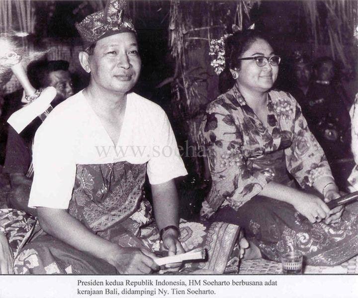 Siti Hartinah HMSoeharto1921 Presiden Soeharto Berbusana Adat Bali