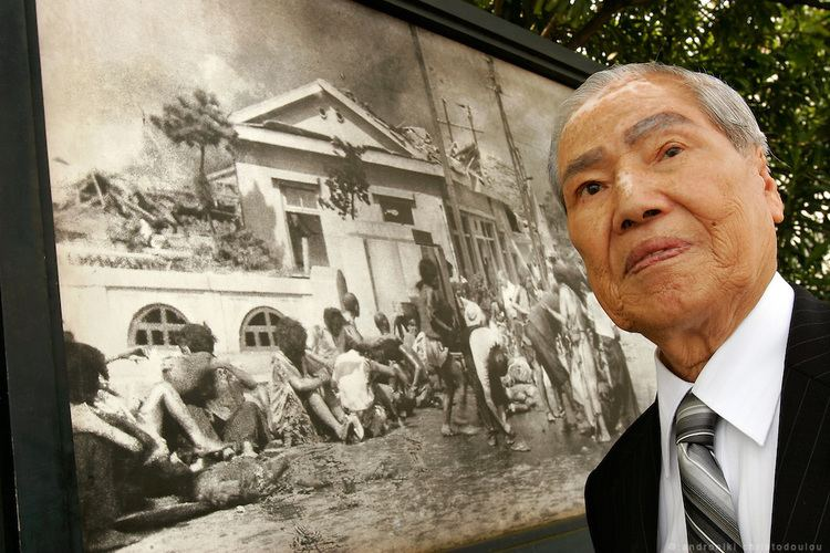 Sunao Tsuboi SUNAO TSUBOI ABomb survivor standing in front of one of