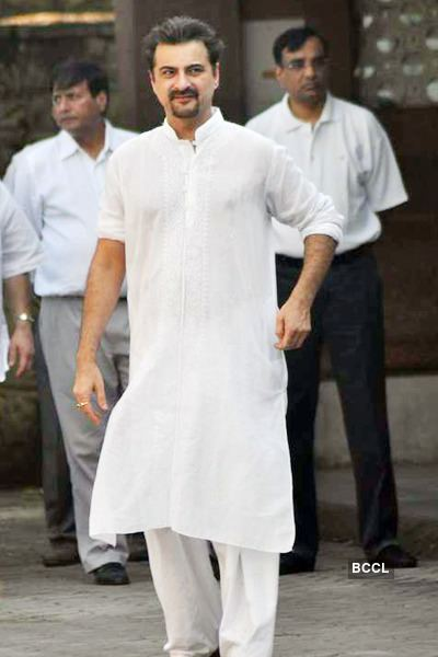 Surinder Kapoor Anil Kapoor during his father Surinder Kapoor39s funeral