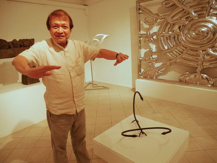 Tan Swie Hian FileTAN Swie Hian devant l39une de ses sculpturesJPG