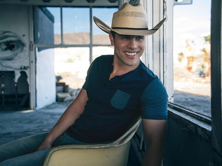 The Time of His Life Dustin Lynch Is Having the Time of His Life as Seein Red Climbs