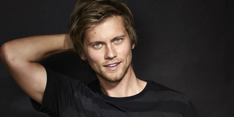 Tim Phillipps Neighbours star Tim Phillipps is engaged to girlfriend Jessica Lee Rose