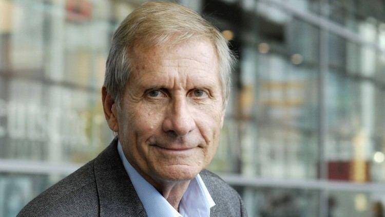 Ulrich Wickert Am Mikrofon Der Journalist und Autor Ulrich Wickert Archiv