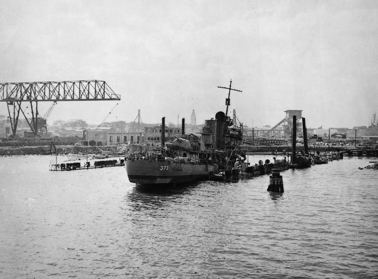 USS Shaw (DD-373) FileUSS Shaw DD373 in sunken YFD2 after Pearl Harbor attackjpg