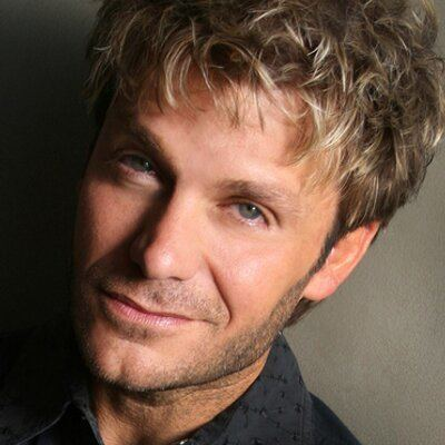 Vic Mignogna httpspbstwimgcomprofileimages1377115973tw