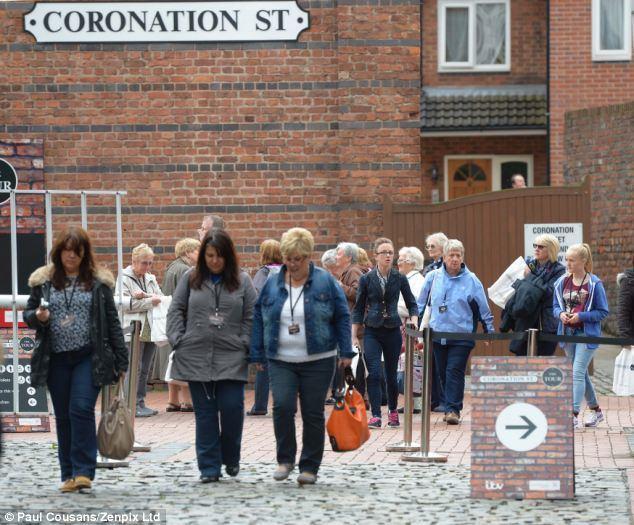 Weatherfield Coronation Street fans flock to Weatherfield set as ITV rake in 35k
